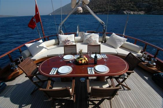 Looking for an Outdoor Romantic Yacht Dinner